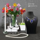 Декоративный набор с цветами и ожерельем